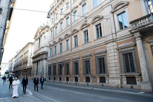 Der Papst ging am Sonntag in Rom durch menschenleere Straßen. Reuters/Vatican Media