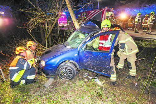Der total zerstörte Pkw wurde zur Klärung der Unfallursache von den Einsatzkräften sichergestellt. b. hofmeister