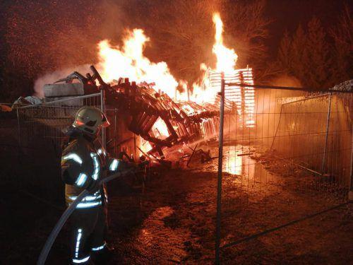 Der umgestürzte Funkenturm richtete keinen Schaden an und wurde von der Lustenauer Feuerwehr gelöscht. feuerwehr Lustenau