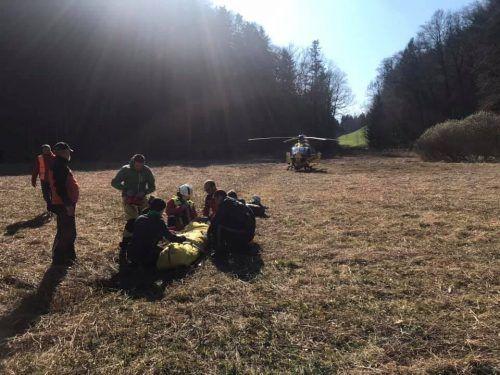 Der verletzte Jugendliche wurde mittels Taubergung gerettet und nach der Erstversorgung zum Landeskrankenhaus Feldkirch geflogen. bergrettung hohenems