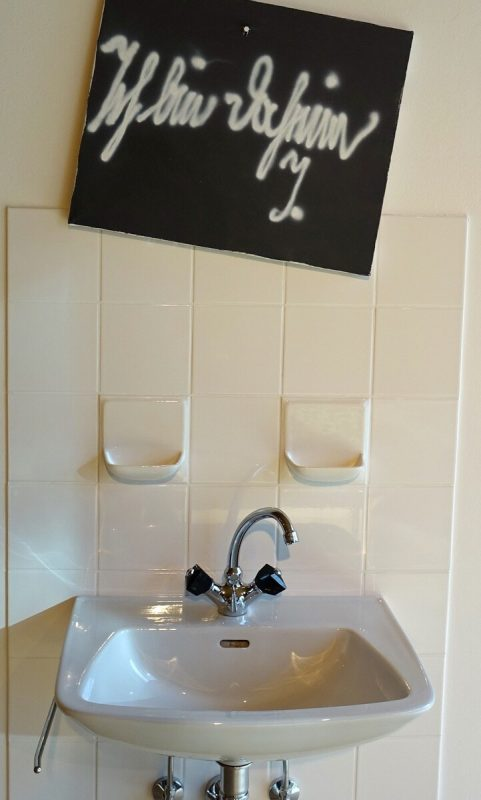 Die Frau sei reinlich und daheim: Installation mit Waschbecken.