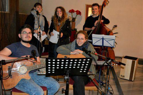 """Die fünfköpfige Band """"Schüö für Di"""" bereicherte den Abend in der Kapelle Hatlerdorf mit ihrer Musik."""