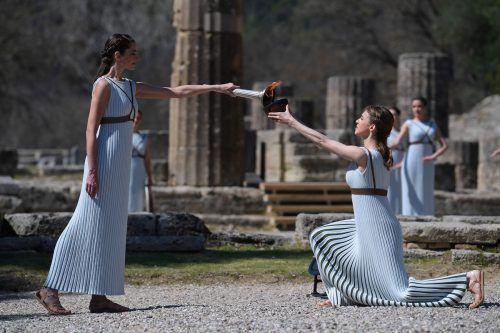 Die griechische Schauspielerin Xanthi Gerogiou (l.) entzündet die olympische Flamme.reuters