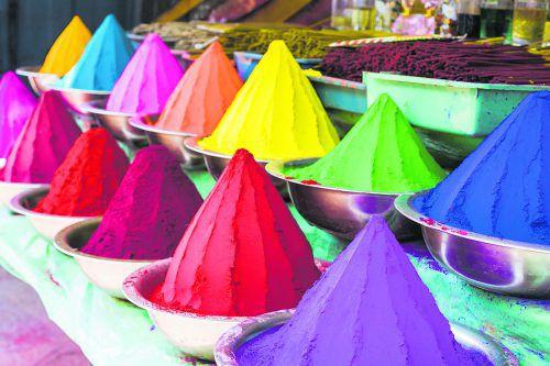 Die Pulver in allen Farben verwenden die Inder für das Holi Fest im Frühling.