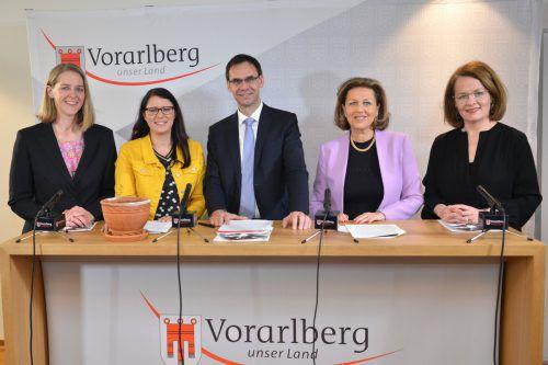 Die Referentinnen (v.li.):Andrea Klambauer (Sbg.),Sara Schaar (Kärnt.), Markus Wallner,Patrizia Zoller-Frischauf (Tirol) undChristiane Teschl-Hofmeister (NÖ). VLK