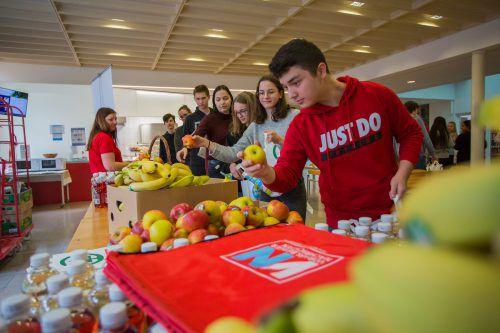 Die Schülerinnen und Schüler am BORG Götzis nahmen das Angebot der gesunden Jause an ihrer Schule gerne an. VN/Steurer
