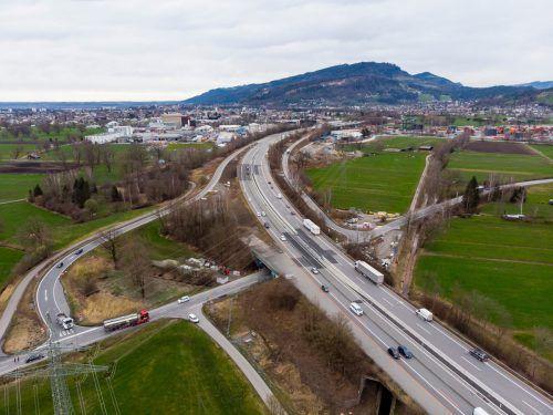 Die Verkehrsführung ist eingerichtet. Heute, Dienstag rollen die Baumaschinen zwischen Dornbirn-Nord und Wolfurt-Lauterach an. VN/Paulitsch