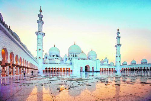 Die wunderschöne, weiße Moschee ist mit Überwurf auch für Touristen zugänglich.