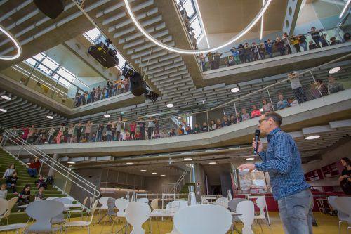 Direktor Jürgen Sprickler erklärt seinen Schülern die aktuelle Situation rund um Corona.