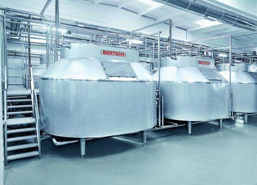 Ein Blick in die usbekische Vorzeigekäserei zeigt die sogenannten Käsefertiger aus der Bertsch-Produktion. FA