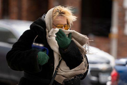 Ein Schal dient in Buffalo als Schutz vor dem starken Wind. Reuters