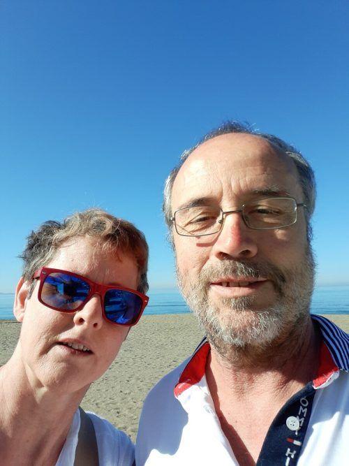 Ein Schnappschuss aus dem Urlaub auf der Insel Kreta: Birgit und ihr Mann Gerold am fast menschenleeren Strand. VN