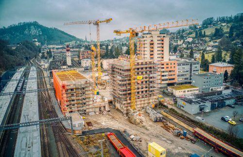 Ein Stopp steht nicht mehr zur Debatte. Doch die Regeln auf den Baustellen (im Bild: BahnhofCity Feldkirch) wurden verschärft.