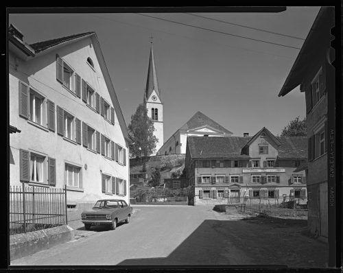 Eine Aufnahme aus dem Jahr 1966 mit dem Gasthof Rössle und der Kirche im Hintergrund.