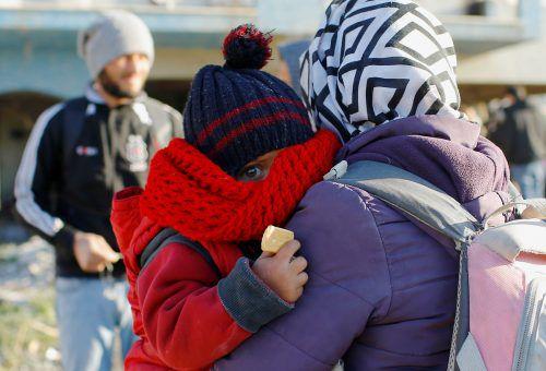 Eine Mutter mit ihrem Kind im türkischen Grenzort Edirne.RTS