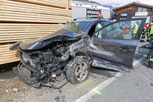 Eines der Unfallfahrzeuge wurde gegen einen Holzstapel geschleudert. B.Hofmeister