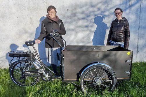 Elke Fitz vom Radwerk und Gabi Hampson vom W*ORT laden Lustenauer Kinder zum Malwettbewerb. Gemeinde