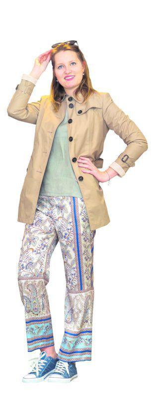 extravagant             Juliane präsentiert ein lässiges Outfit von Modehaus Mayer in Götzis: Trenchcoat 219 €, Hose 159,99 €, Shirt, 99,95 €. vn/steurer