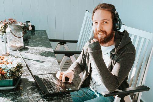 Sprachkünstler Lukas Wagner ist derzeit mit dem Schreiben von Kreativtexten sehr gefragt, außerdem tritt er regelmäßig digital auf. Wagner