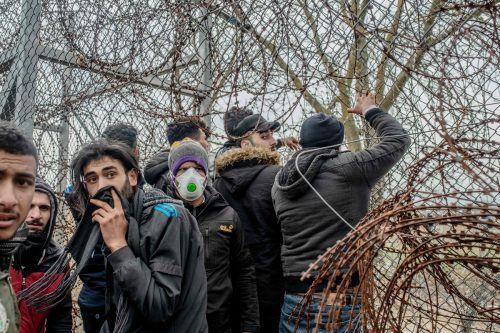 Flüchtlinge harren an der Grenze aus. Die EU-Kommission sieht vor, dass die EU-Asylagentur 160 Experten der Mitgliedsstaaten nach Griechenland entsendet.AFP