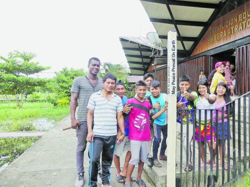 Friedenspfahl als Zeichen der Solidarität mit der indigenen Schule im Nachbardorf von Bojayá.
