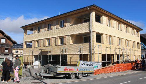Früher als geplant konnten die beiden Objekte der Wohnbauselbsthilfe in Alberschwende geschindelt werden.