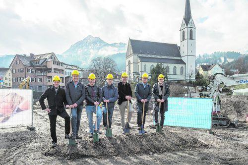 Gemeinsam für Frastanz: Im Schulterschluss setzten die Gemeinde, Architekten und Baumeister den Baustart.foto: Hefel
