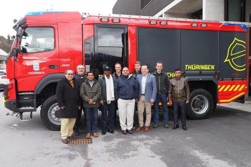 General Md Sazzad Hussain (Mitte), Bgm. LAbg Harald Witwer und Firmenchef Bruno Walter (links von Hussain) mit Delegation und Feuerwehrauto. tmH