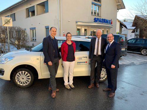 Georg Türtscher (Obmann des KPV Großes Walsertal), Stv. Einsatzleiterin Miriam Zerlauth, Christian Ertl und Manuel Hartmann (beide Sparkasse) vor einem der beiden neuen Autos.