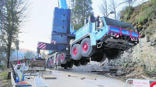 Gestern fuhr eine Spezialfirma mit schwerem Gerät auf, um die Brücke abzubauen.