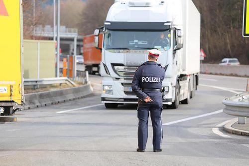 Die Polizei nahm sich in Hörbranz Lkw unter die Lupe. polizei