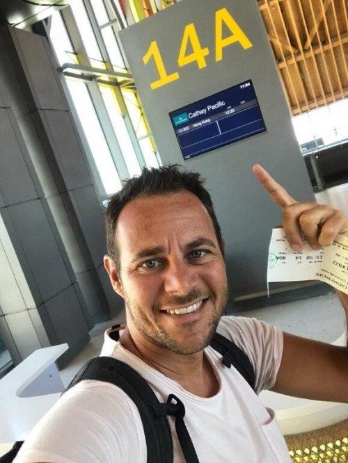 Glücksmoment: Wolfgang Luisser mit dem Ticket für einen der letzten Flüge von den Philippinen nach Hongkong.privat