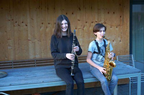 Heidi und Magnus Bramberger musizierten auf der Terrasse für die Nachbarn. mam