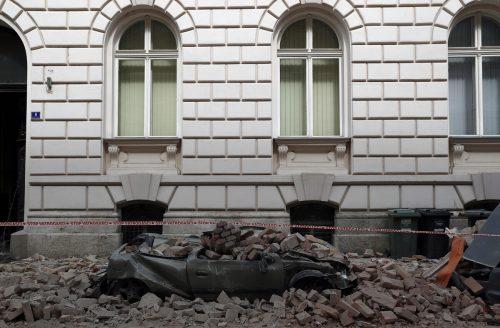Herabstürzende Trümmer zerstörten parkende Autos.
