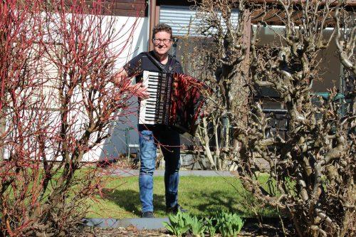 Herbert Egle griff zur Ziehharmonika und stimmte ein paar Lieder an.HE
