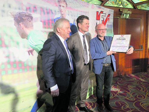 Herbert Lenz (rechts) freut sich über die Auszeichnung, die ihm von ÖFB-Präsident Leo Windtner (links) und VFV-Chef Horst Lumper überreicht wurde.adam