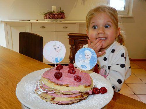 Ida-Marie kann es kaum erwarten, von der leckeren Torte zu naschen. cth