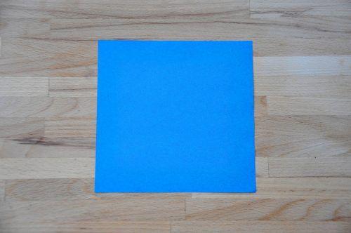 Ihr braucht ein quadratisches Blatt Papier.