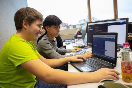 Im Code Base Sommercamp lernen die Jugendlichen erste Programmiergrundlagen. VN/Hartinger