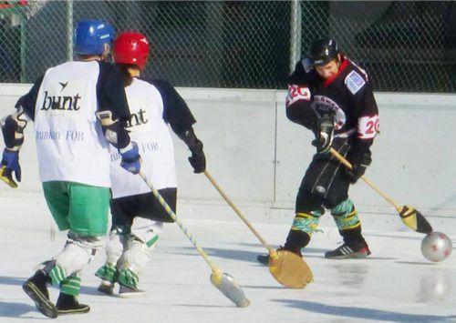Im Emser Eisstadion findet am Wochenende das legendäre Besenturnier statt. mima