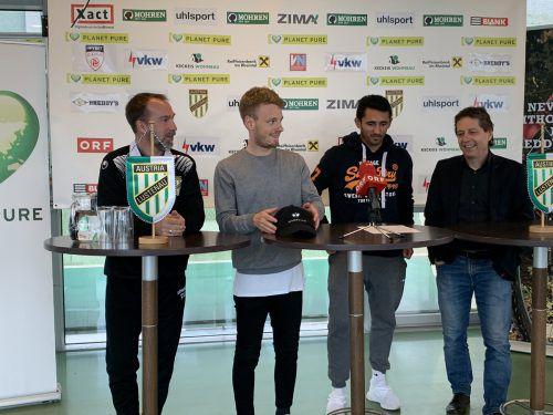 In bester Laune und voller Vorfreude: Austria-Coach Roman Mählich, die Spieler Pius Grabher und Ronivaldo sowie Bernd Bösch.adam