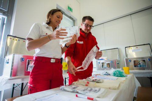 In der Drive-in-Station in Röthis haben die Mitarbeiter des Roten Kreuzes buchstäblich alle Hände voll zu tun, aber nicht nur dort.