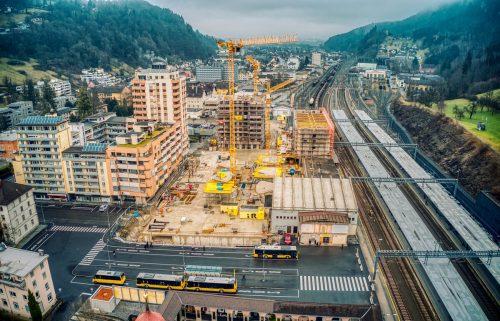 In Vorarlberg gibt es etliche Großbaustellen (Bild Bahnhofcity Feldkirch). Darf weitergebaut werden oder sollen die Arbeiten eingestellt werden?