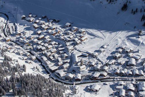 In Wintersportmetropole Lech am Arlberg herrscht auf den Straßen seit Montag gespenstische Stille.