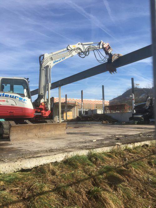 Jahrelang verfiel der ehemalige Baumarkt im Schwefel, nun wurde das Areal für den kommenden Mömax-Neubau vorbereitet. VN/Schuster