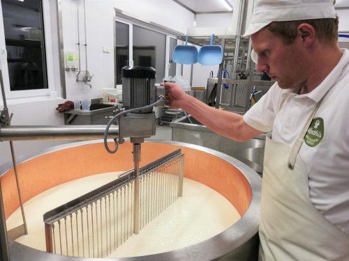 Jakob Mathis verarbeitet die Milch seiner Kühe und Ziegen selbst und vertreibt die Produkte direkt.
