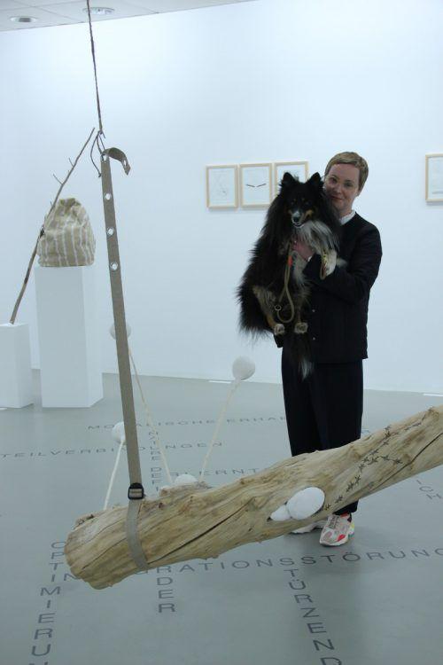 Judith Saupper inmitten ihrer Installation mit ihrem Hund Kol, dessen Anwesenheit kein Zufall ist. ag