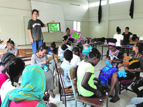 Jugendbotschafterinnen der Caritas Auslandshilfe beim Workshop für wiederverwertbare Binden in Äthiopien.