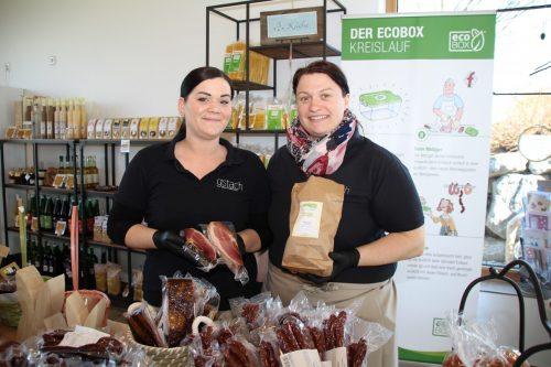 Julia Maier und Ulrike Gstach halten im Hofladen die Stellung.Wer nicht kommen kann, dem werden die Produkte nun auch geliefert. Henning Heilmann