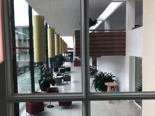Keine Menschenseele auf den Gängen im Sozialzentrum Lustenau. Auch das Café, sonst ein beliebter Treff, ist menschenleer.